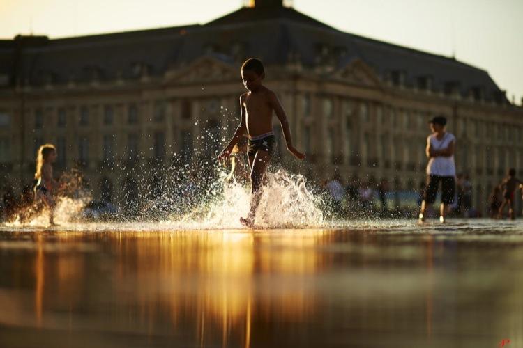 дети бегают по лужам