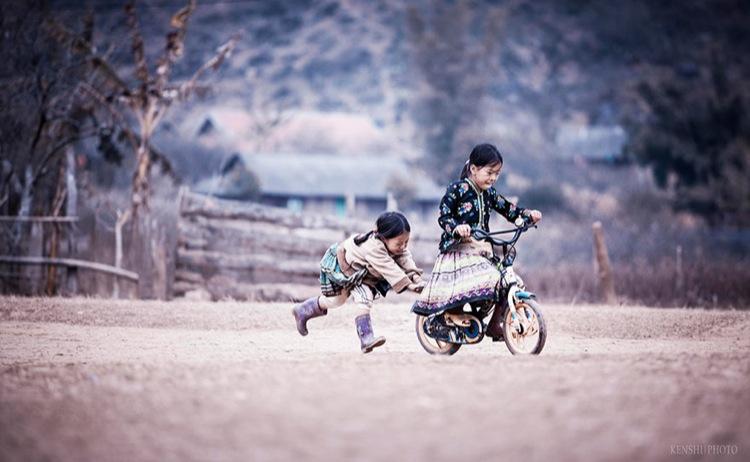 дети катаются на велике