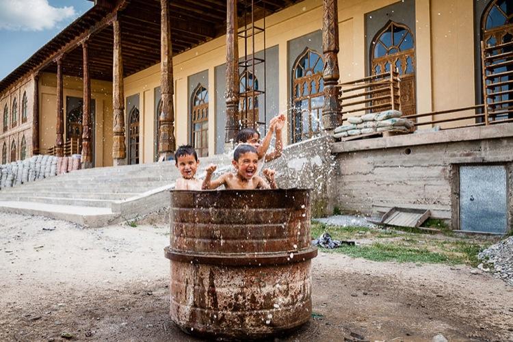 дети купаются в бочке