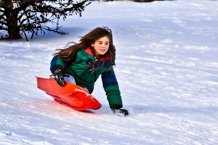 девочка спускается с горы