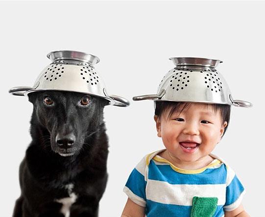 мальчик и собака в дуршлагах