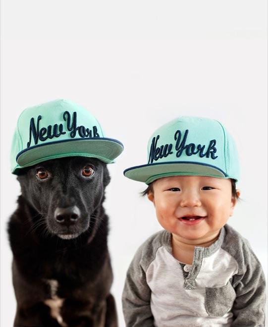 мальчик и собака в кепках