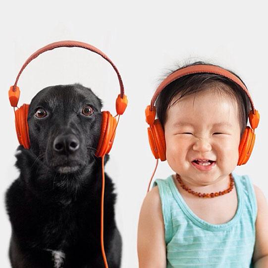 мальчик и собака в наушниках