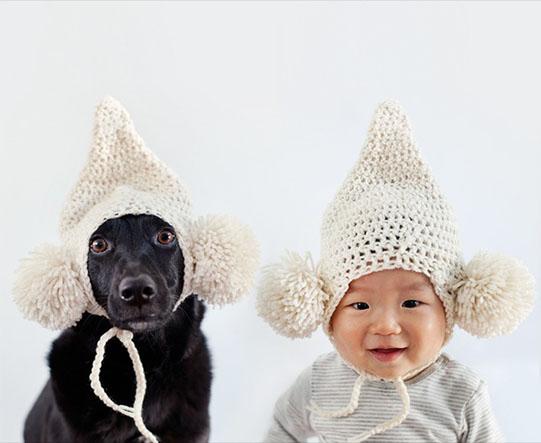 мальчик и собака в шапках с бумбонами
