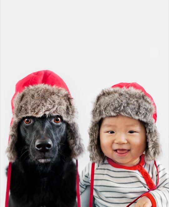 мальчик и собака в шапках-ушанках