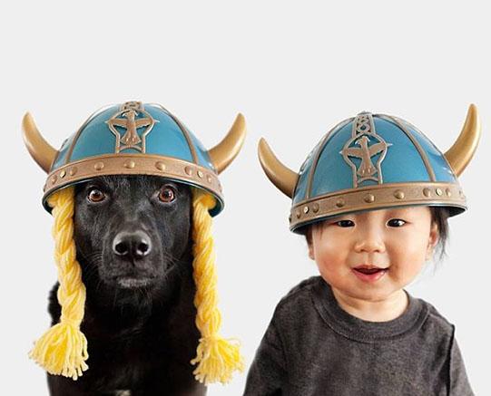 мальчик и собака в шлемах с рогами