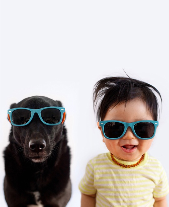 мальчик и собака в солнцезащитных очках