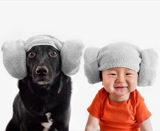 мальчик и собака в странных шапках