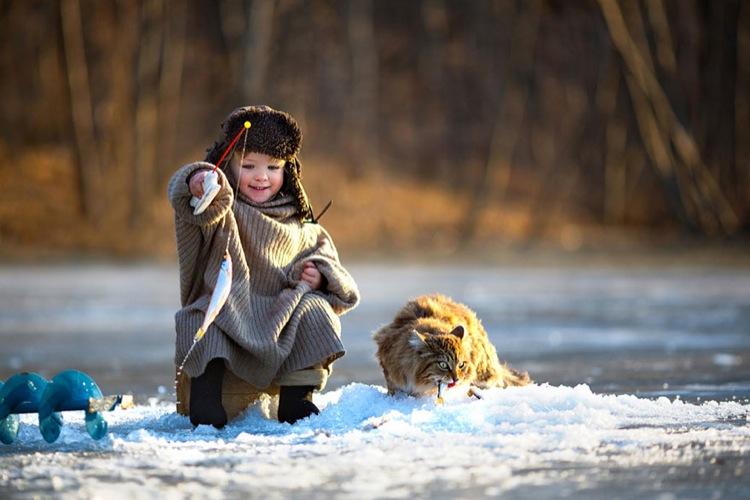 мальчик с котом ловят рыбу