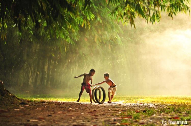 мальчишки играются с колёсами