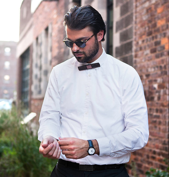 мужчина в галстуке-бабочке