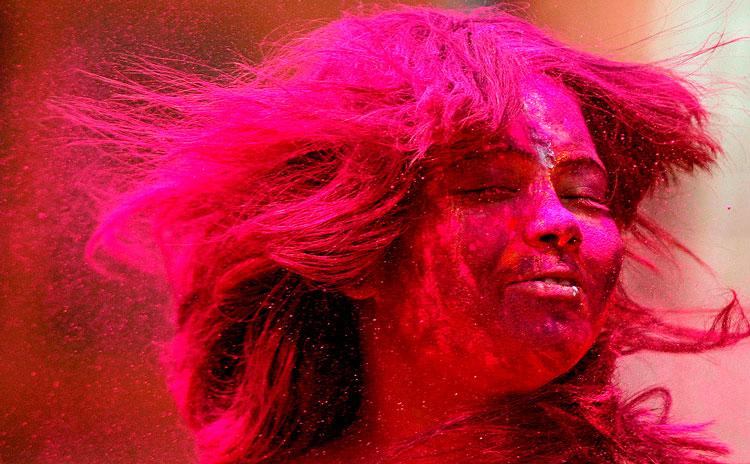 розовая девушка праздник Холи