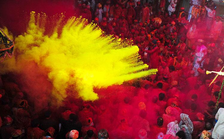 Участники с краской на празднике Холи.