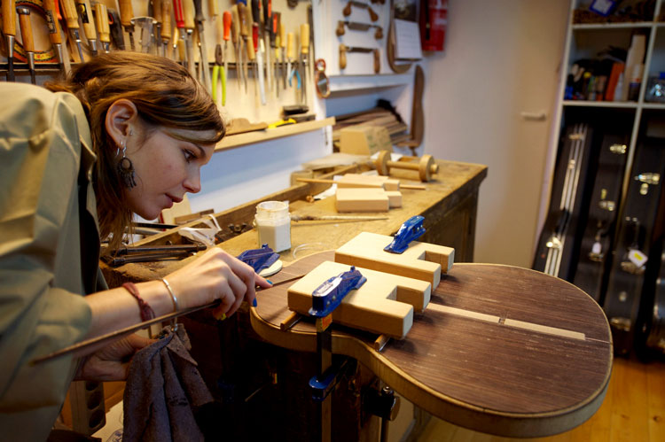 Как открыть свой бизнес по производству гитар?
