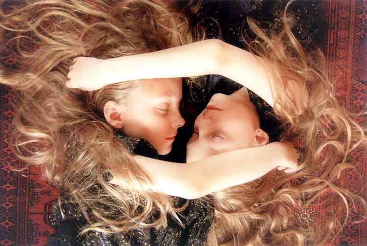 две сестры близнецы