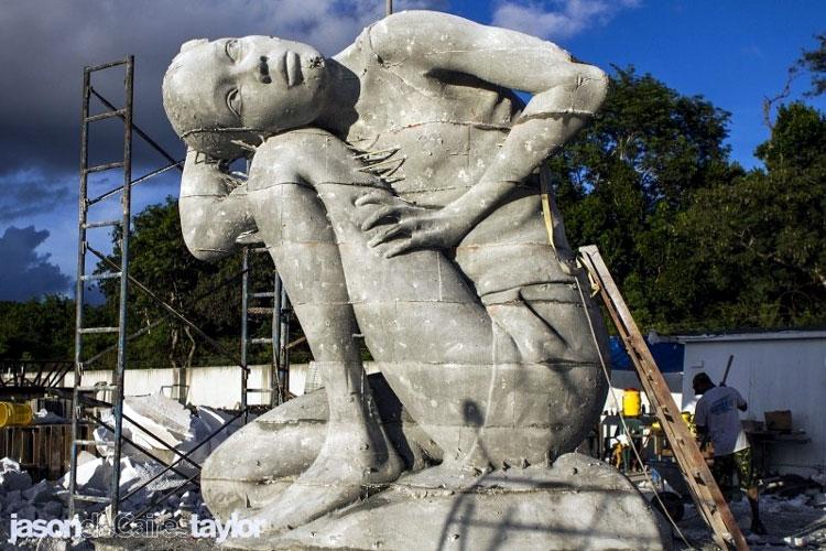 огромная скульптура