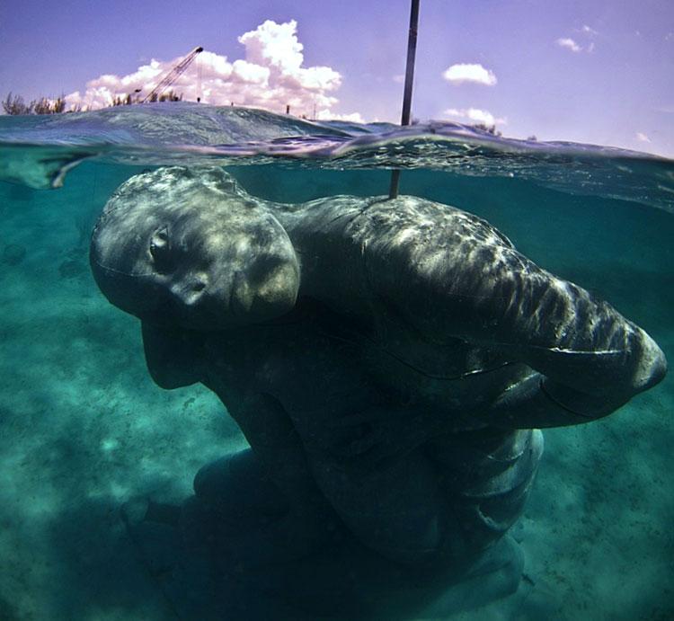 подводная статуя фото