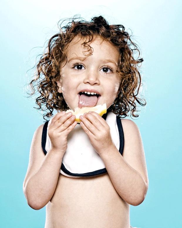дети едят лимон
