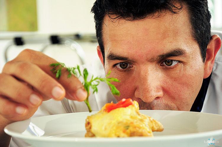 повар с блюдом фото