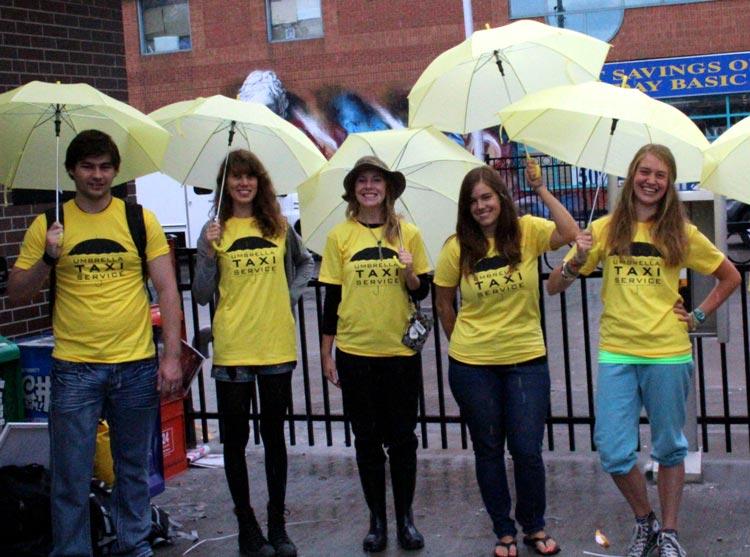 люди под дождём