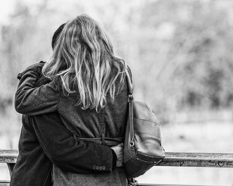обнимаются влюблённые