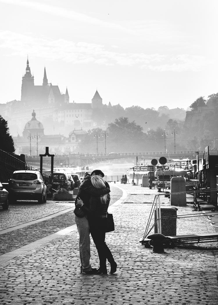 влюблённые пары целуются