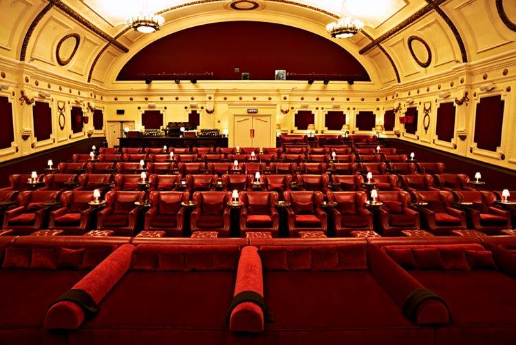 красный зал в кинотеатре
