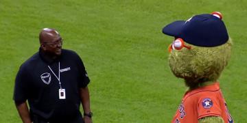 охранник и талисман бейсбольного клуба