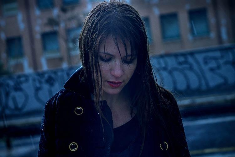 фото девушка под дождем
