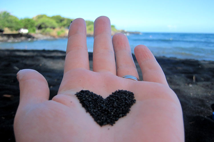 черный пляж гавайи