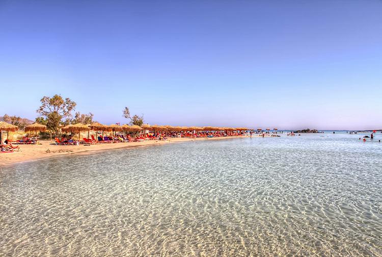 пляж с розовым песком на крите