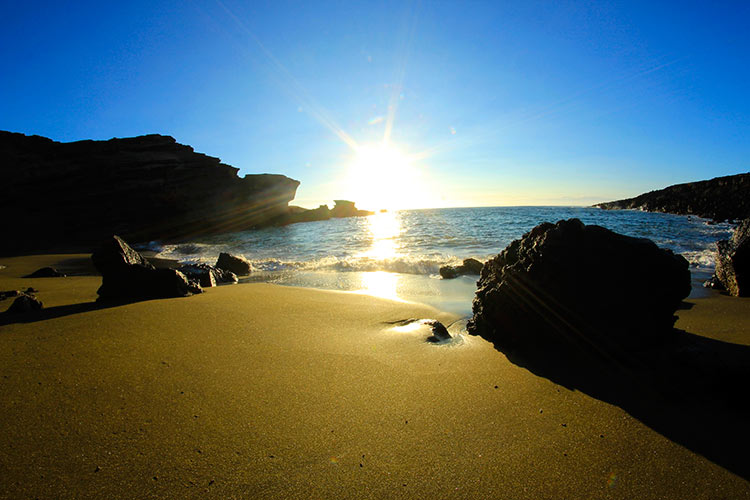 пляж с зеленым песком