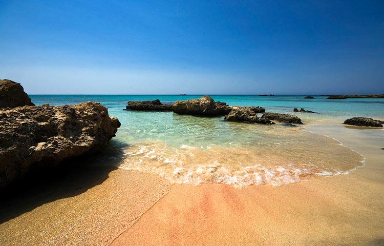 розовый пляж в греции