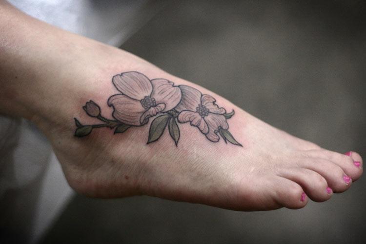 тату цветы на ноге