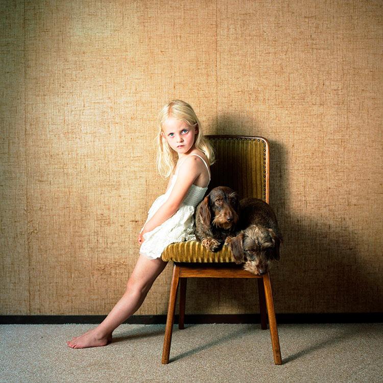 портрет девочки с собакой