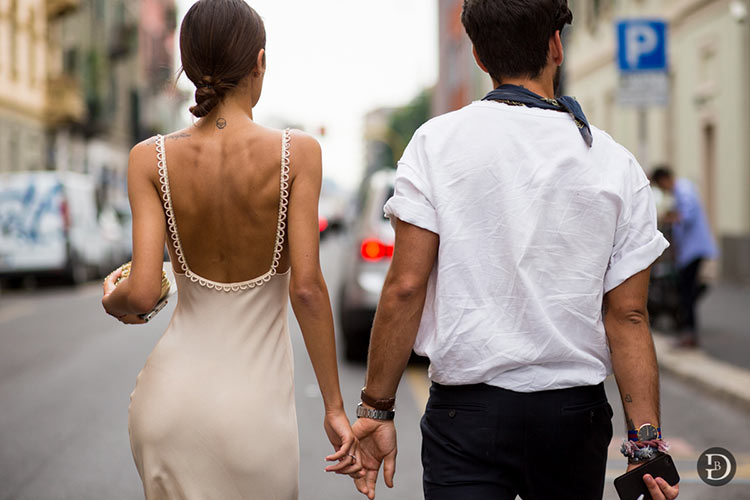 картинка влюбленные держаться за руки