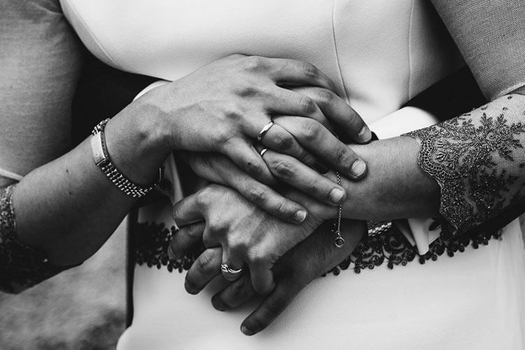 фото двух рук влюбленных