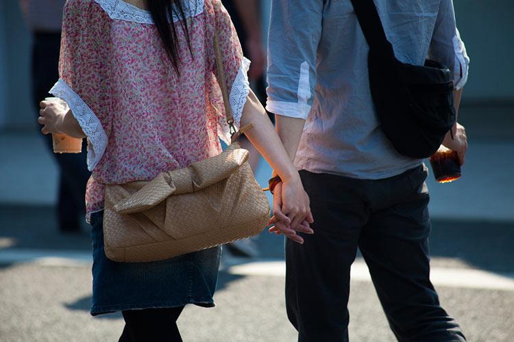 сплетенные руки влюбленных