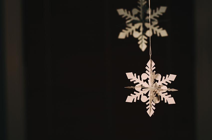 украшение детской комнаты к новому году снежинки