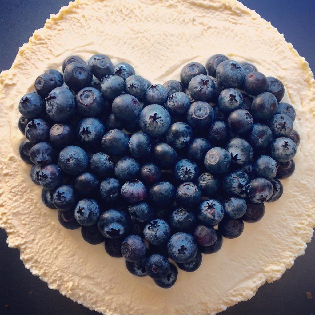 торт на день святого Валентина с голубикой фото