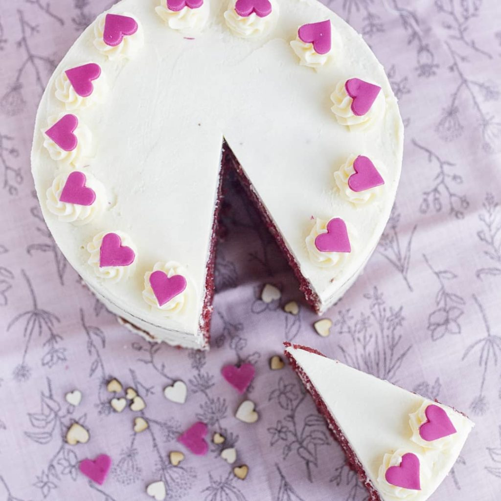белый торт на день святого Валентина фото
