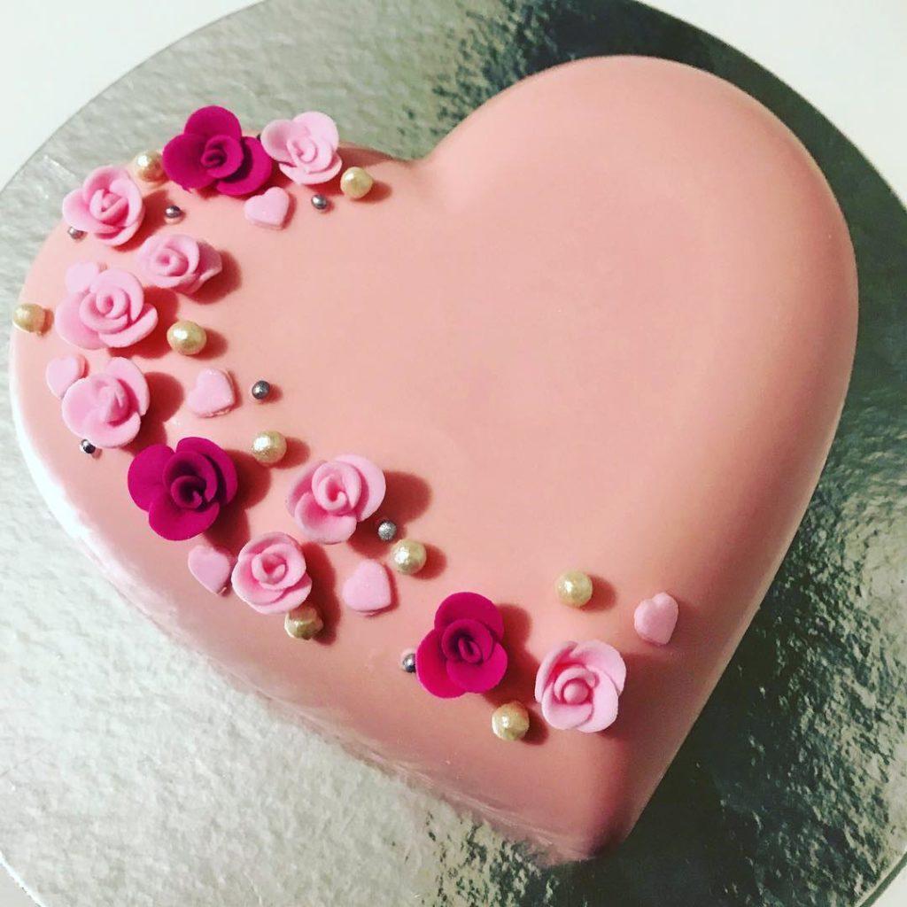 розовый торт в форме сердца на день святого Валентина фото
