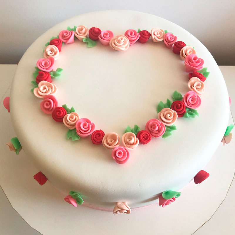 белый торт с розочками на день святого Валентина фото