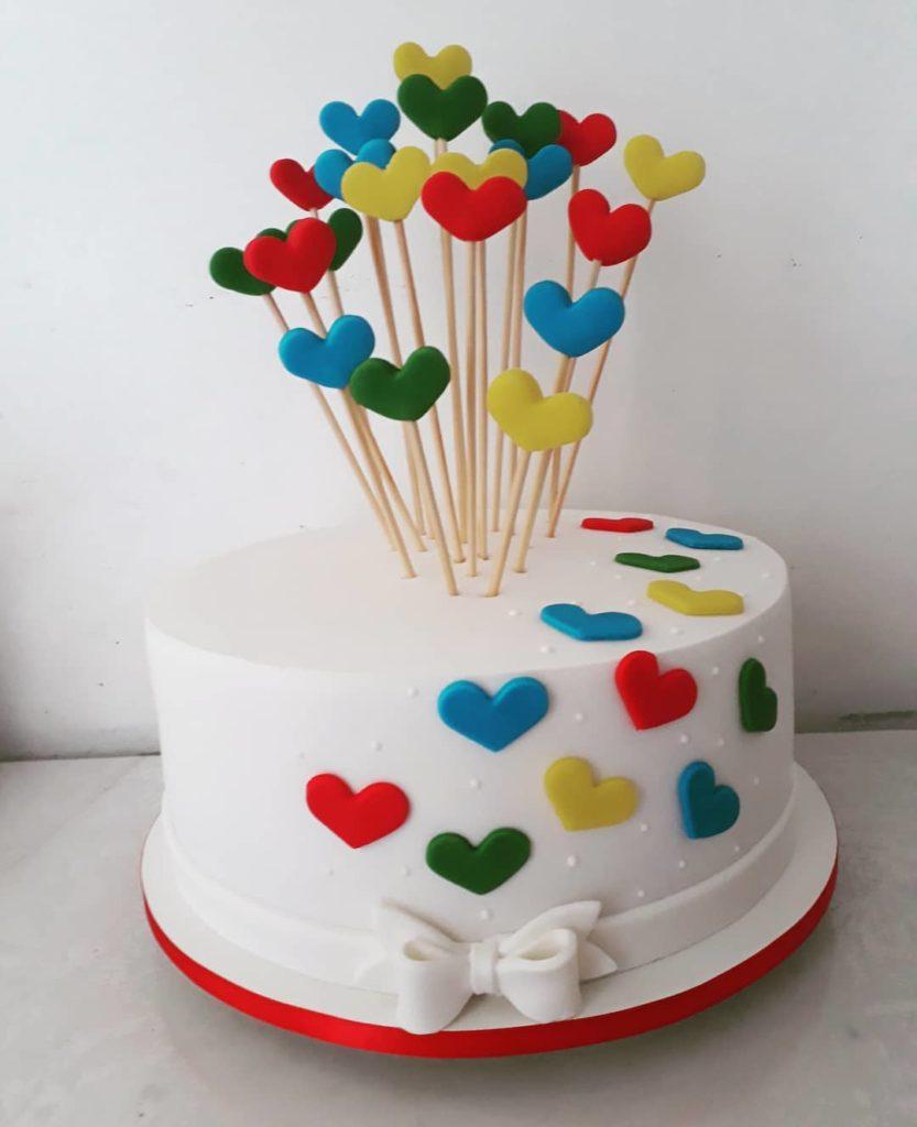 торт с разноцветными сердечками на палочках на день святого Валентина фото
