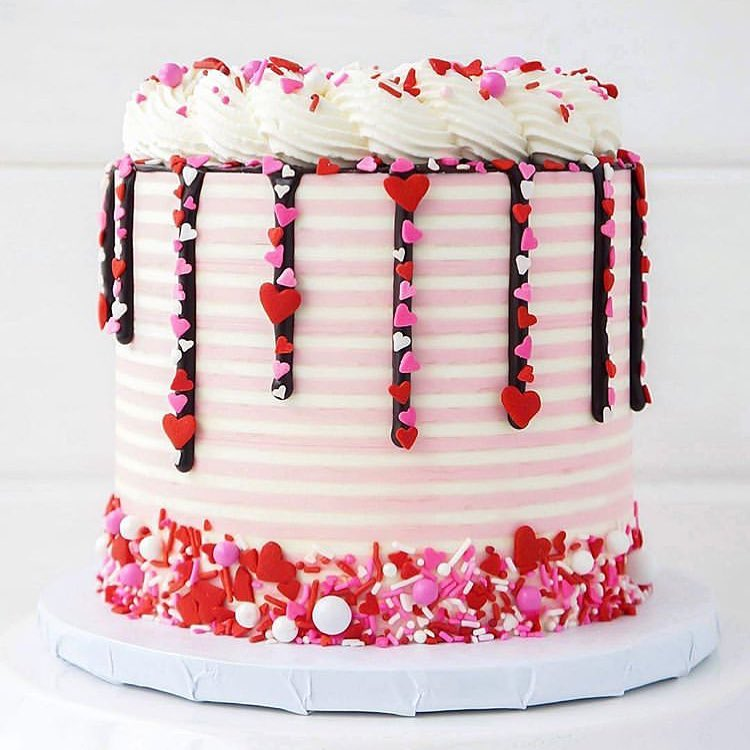 бело-розовый торт на день святого Валентина фото
