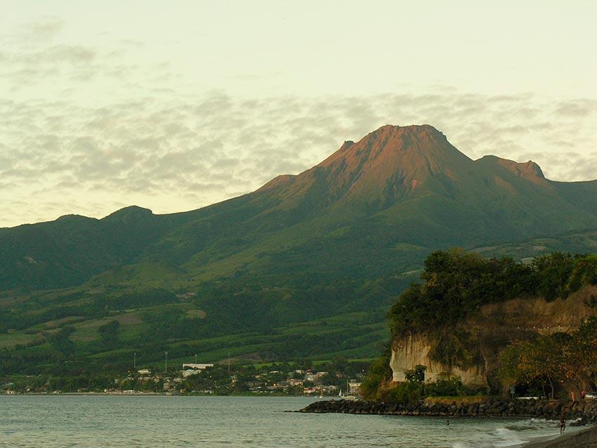 извержение мощного вулкана Мон-Пеле на Мартинике Сен-Пьер 16