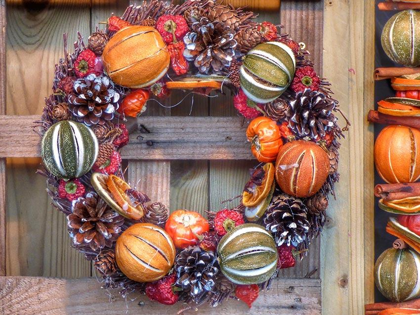 Рождественские венки из шишек и апельсинов 4