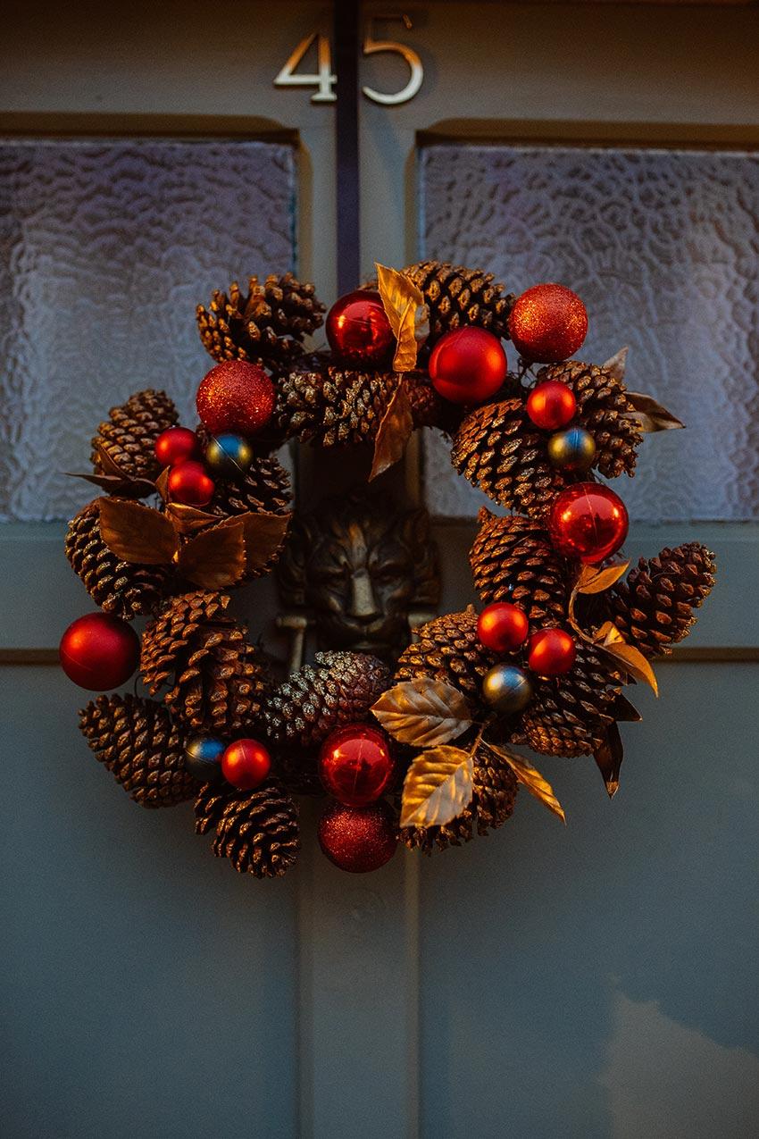 Рождественские венки из шишек 30